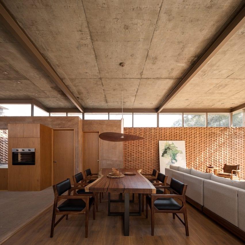 Mesa de comedor de madera de Casa UC en México