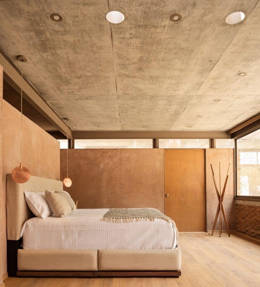 Dormitorio de una casa en México con paredes de hormigón pintado