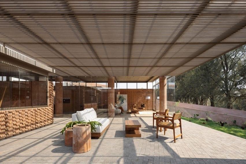 Una sala de estar al aire libre / interior en una casa en México diseñada por Daniela Bosio Cestos