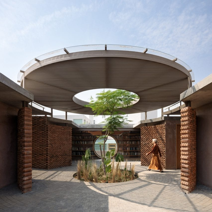 Un árbol crece a través de un tragaluz en el dosel del patio de una casa en México