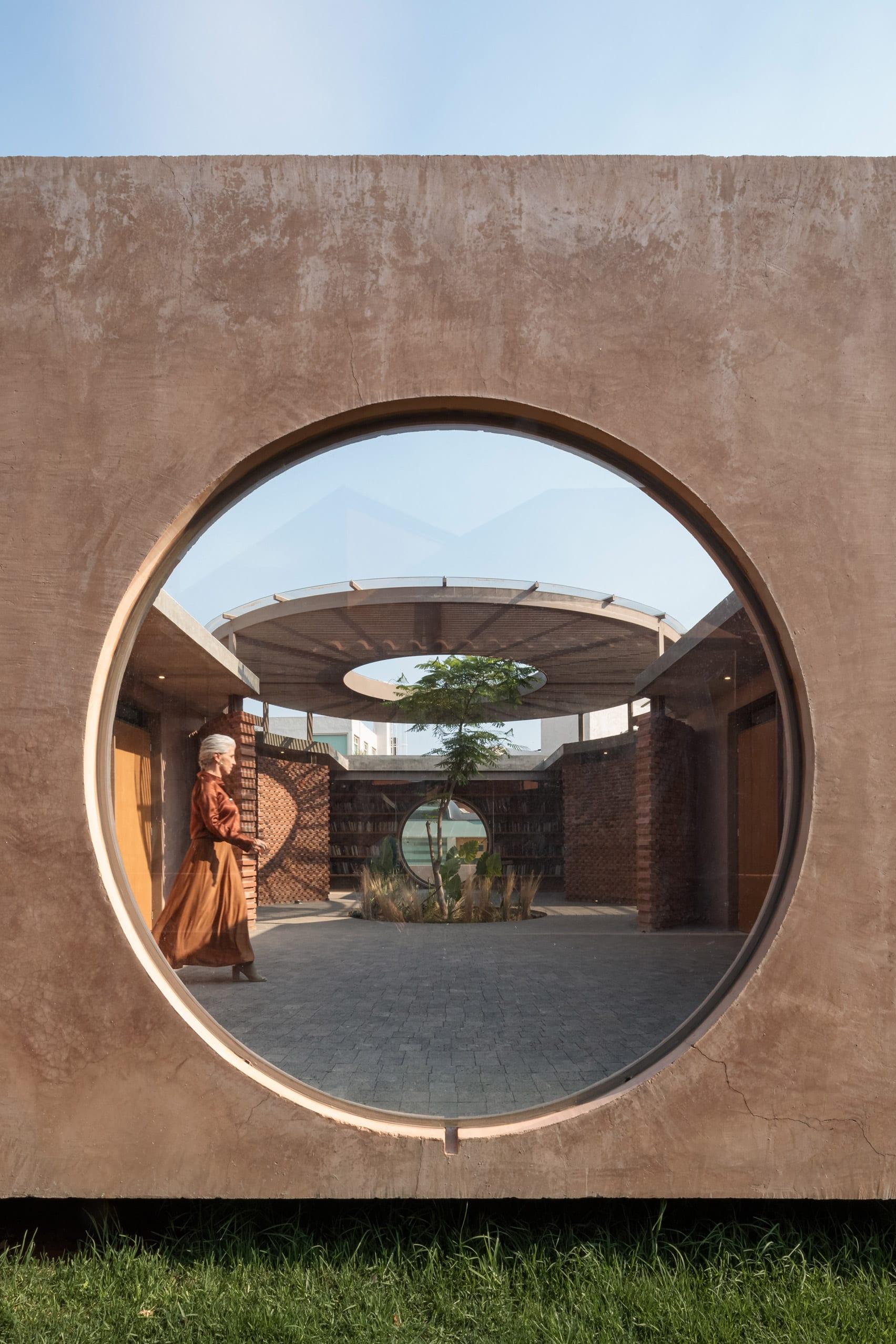 Porthole window in coloured concrete wall of Casa UC