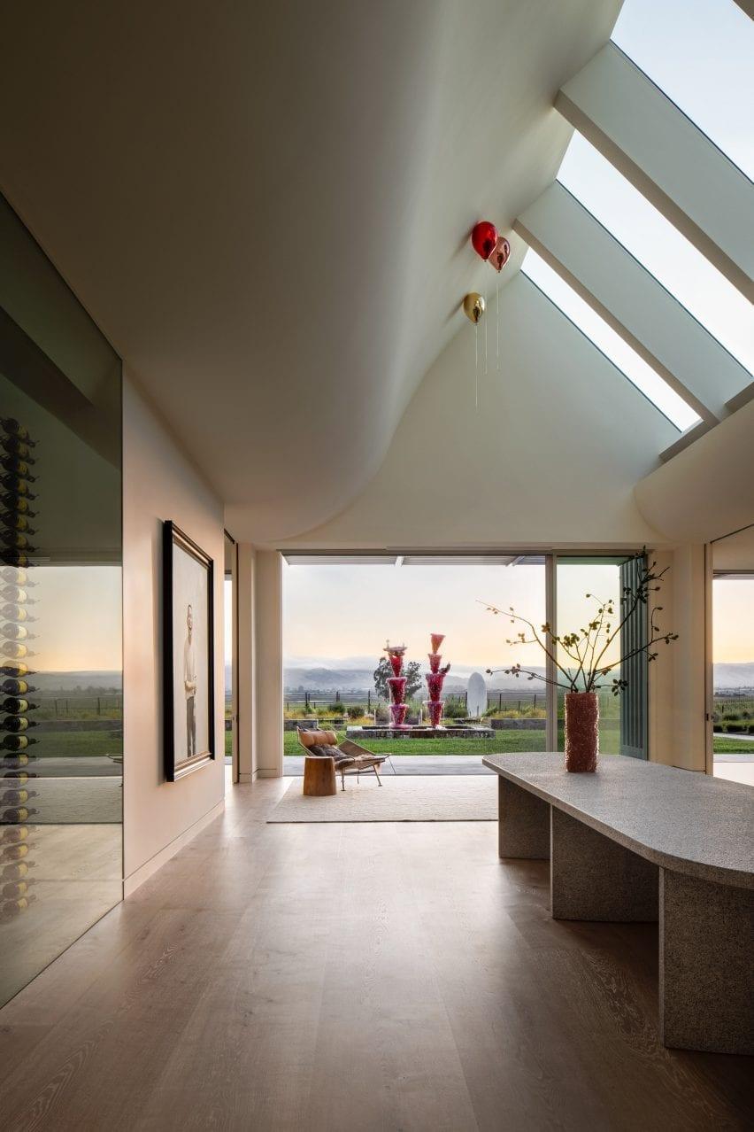 پنجره های سقفی در اتاق عالی Donum Home وجود دارد