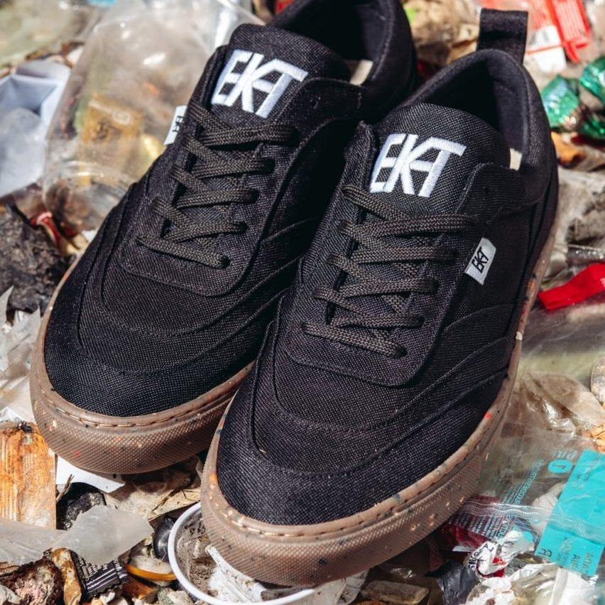 Sepasang sepatu olahraga hitam difoto di atas sampah