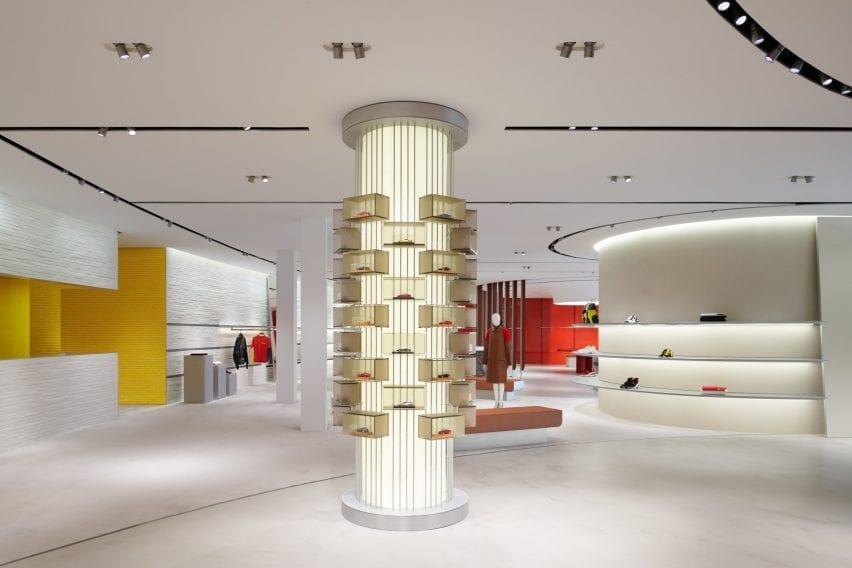 Kolom silinder menampilkan miniatur perawatan Ferrari di interior toko Maranello