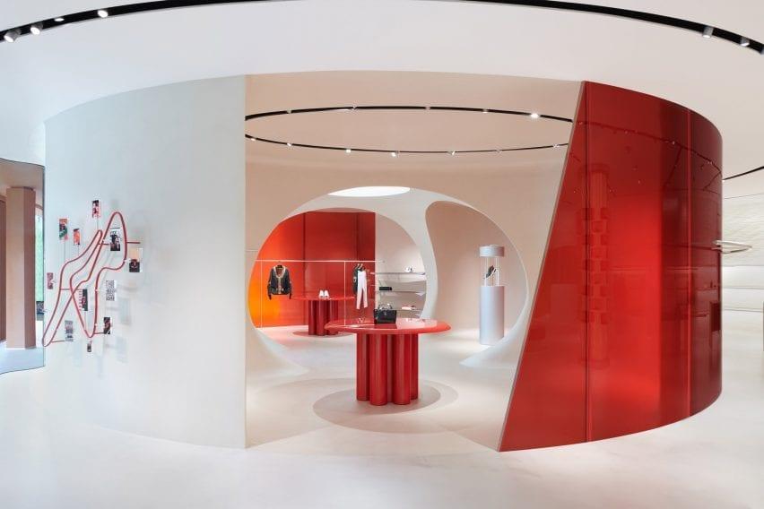Dinding pembatas beton dan kaca merah di toko Ferrari Maranello