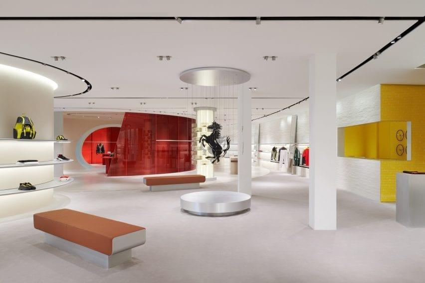 Area tampilan interior ritel Sybarite dengan dinding merah dan kuning