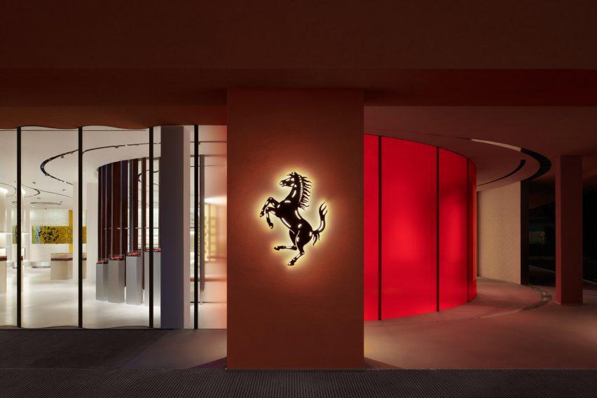 Eksterior toko Ferrari Maranello dengan logo kuda jingkrak yang menyala