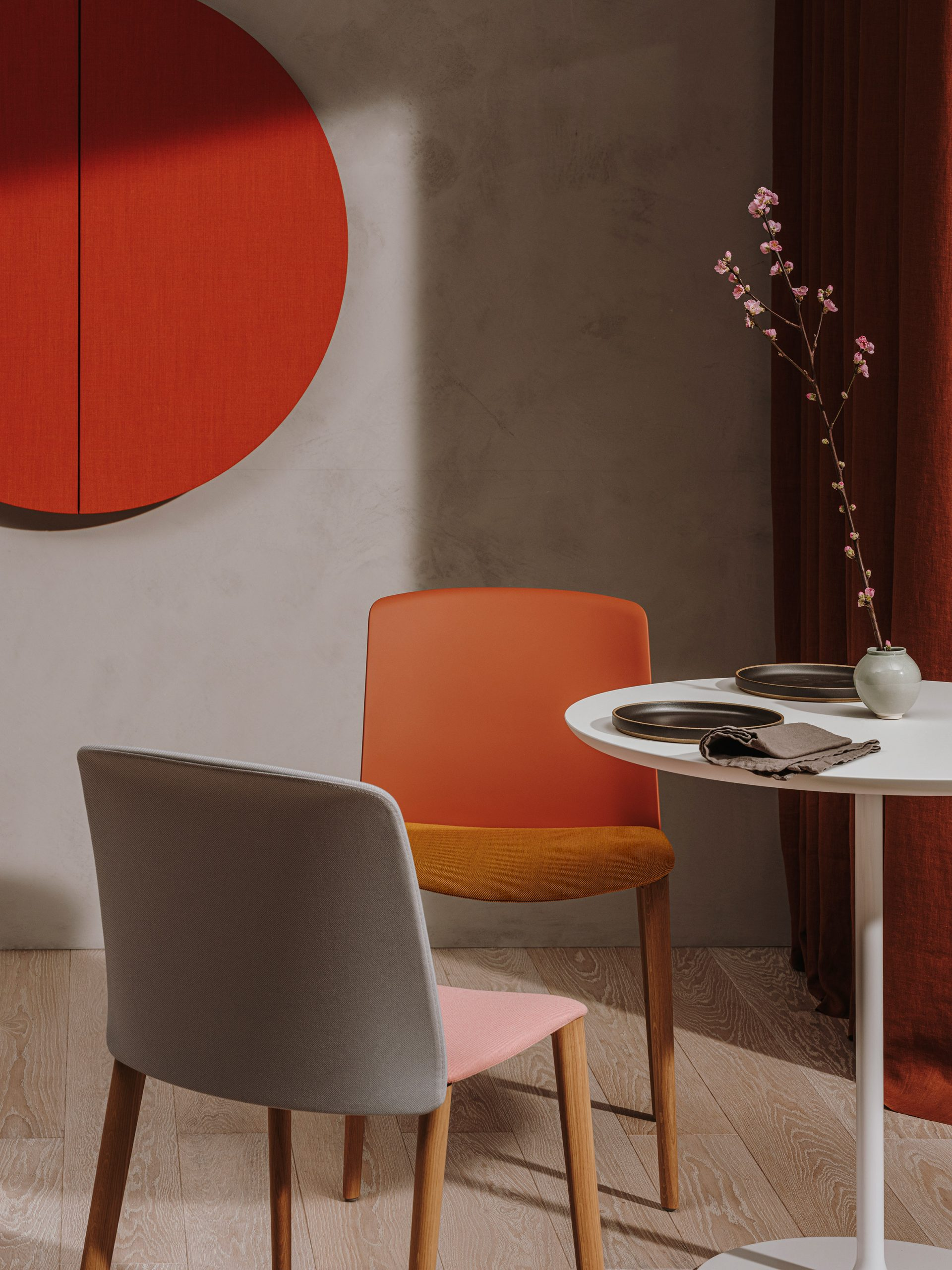 Mixed material chairs in an office