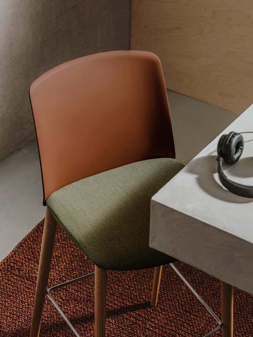Mixu chair with fabric seat and leather backrest