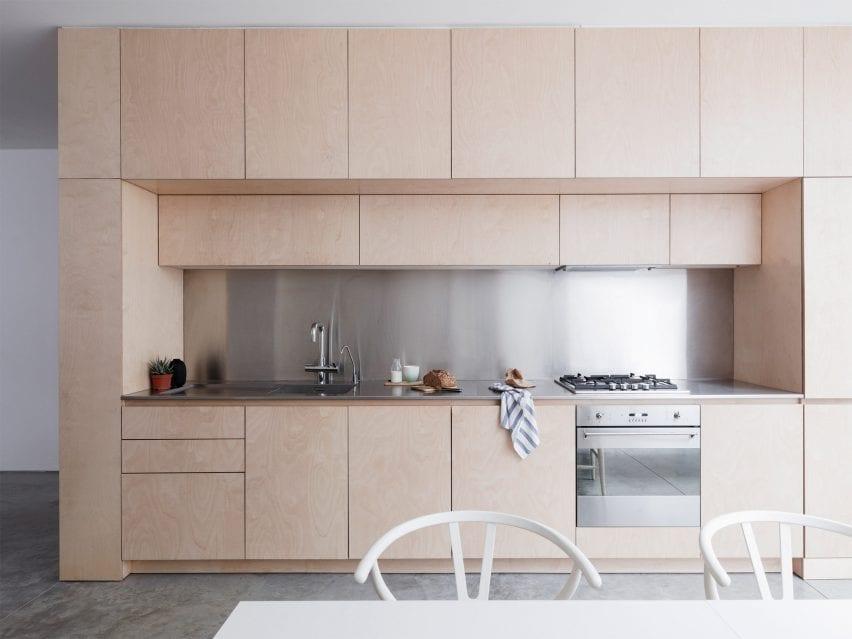 لاریسا جانستون آشپزخانه یک جداره را درون یک واحد تخته سه لا ساخت