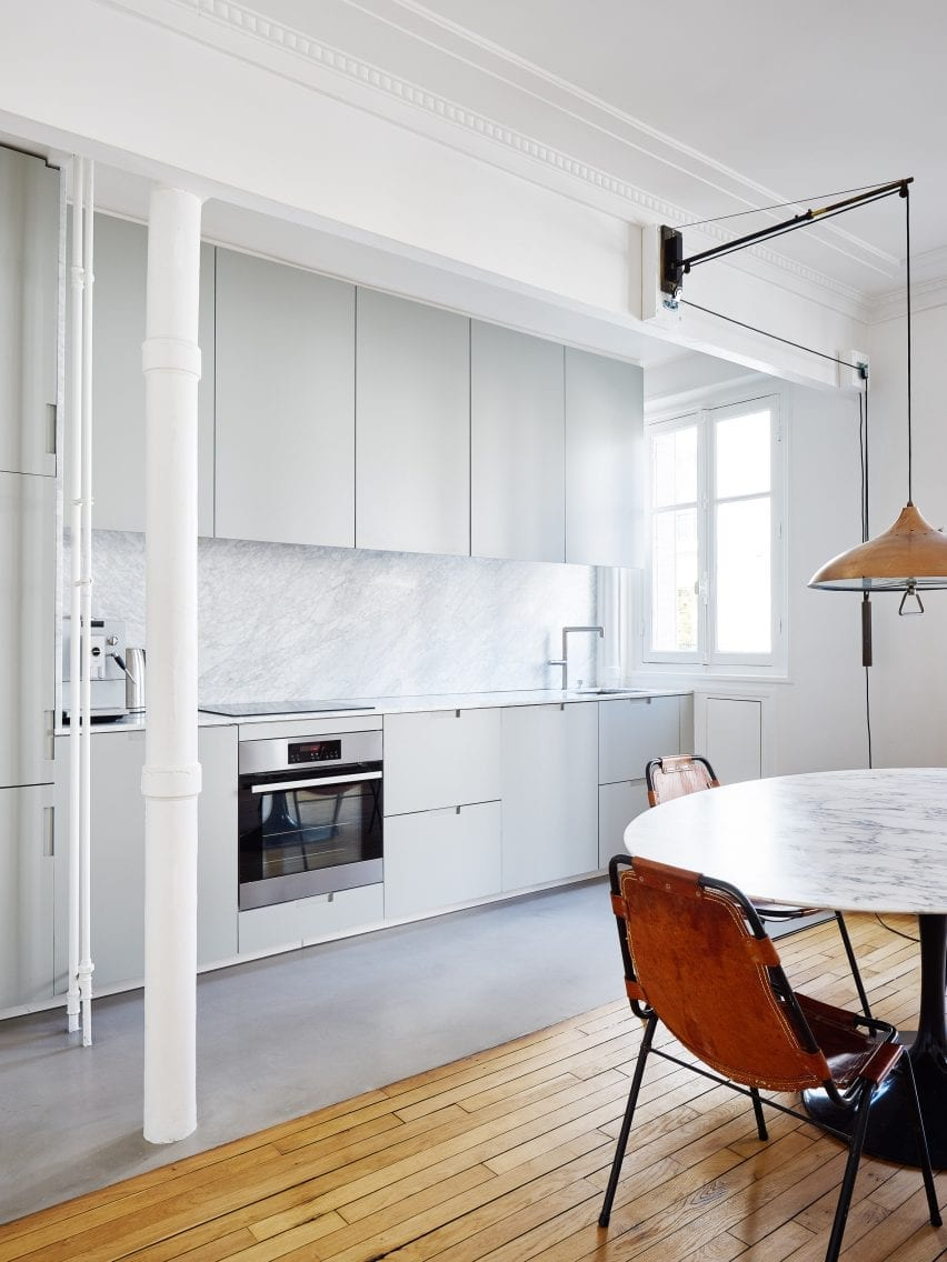 سپتامبر یک آشپزخانه یک دیوار خاکستری به این خانه فرانسوی اضافه کرد