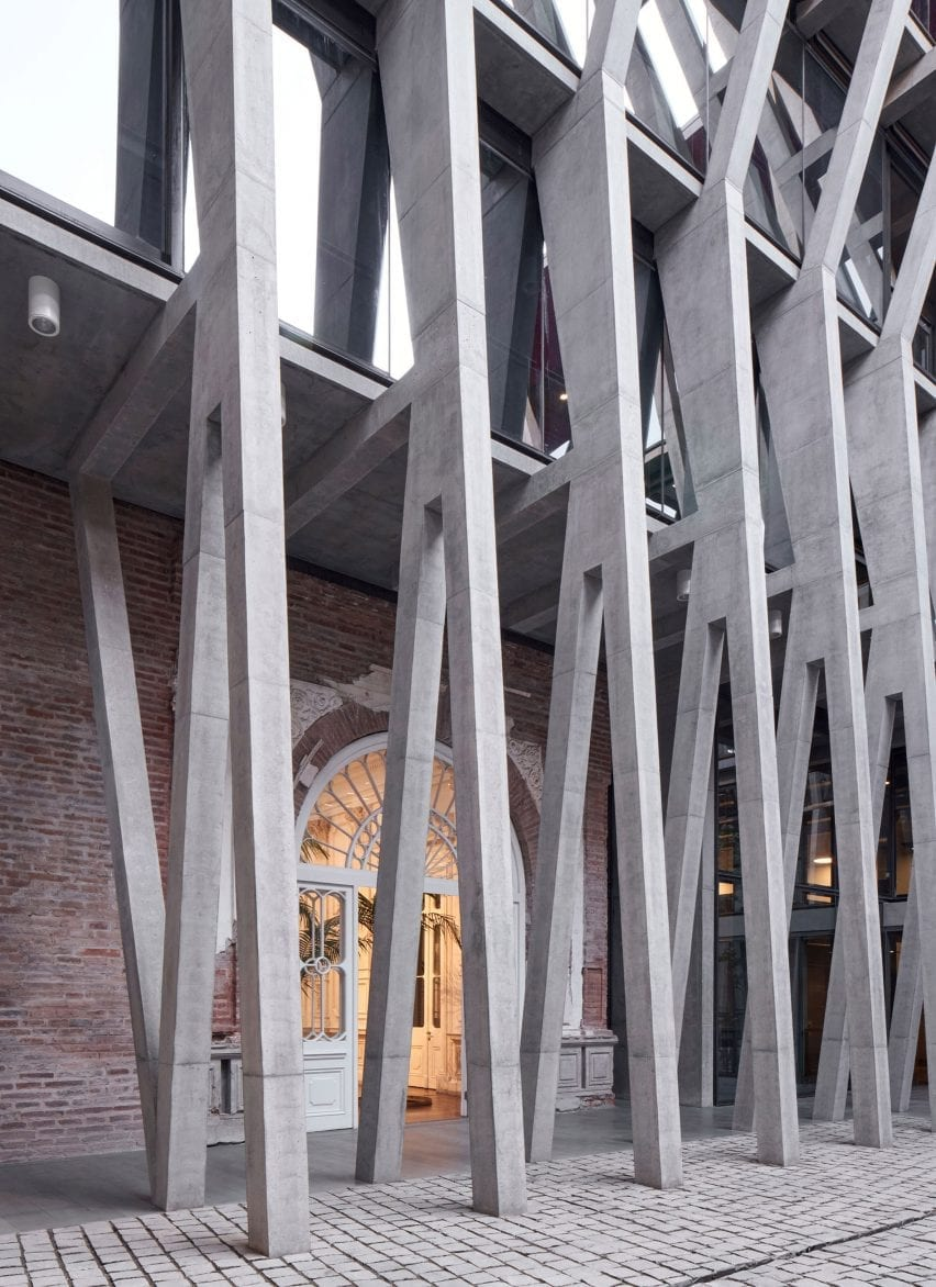 1800s mansion with concrete columns in Chile restoration project