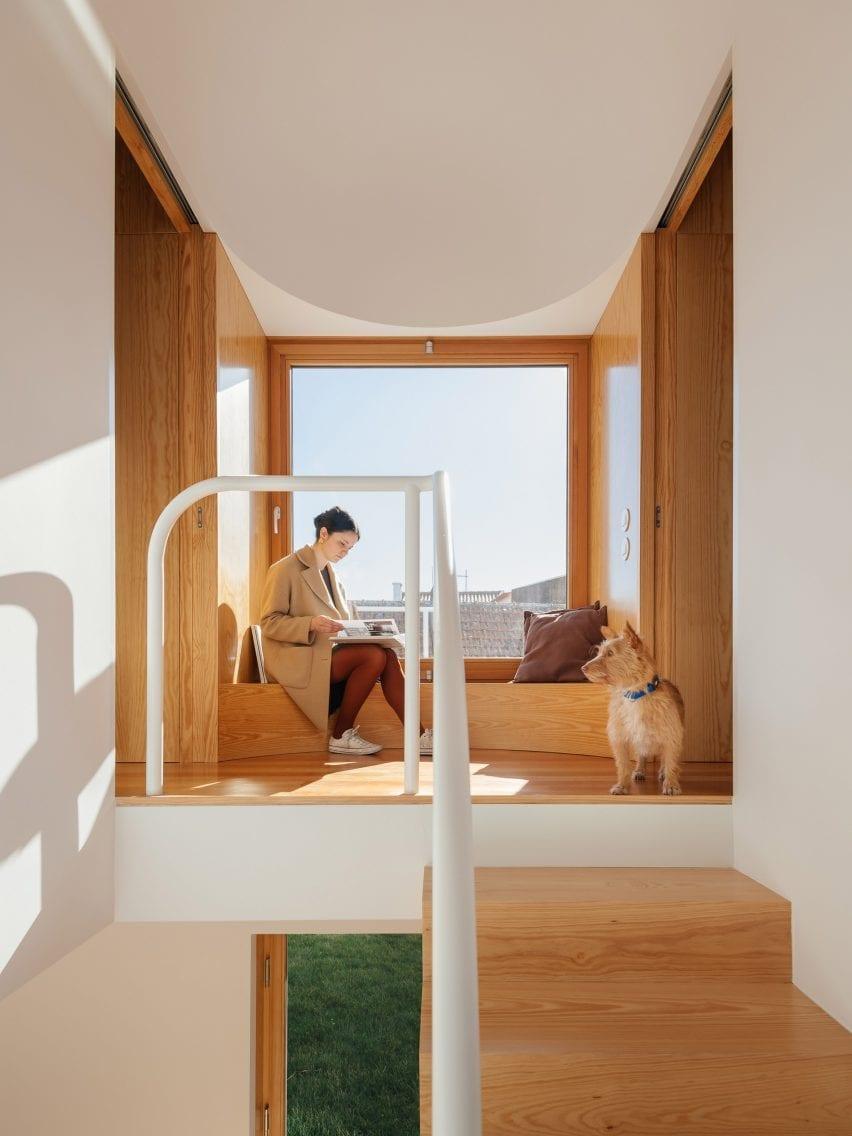 Assento na janela do primeiro andar em Puppeteers House por REDO Architects