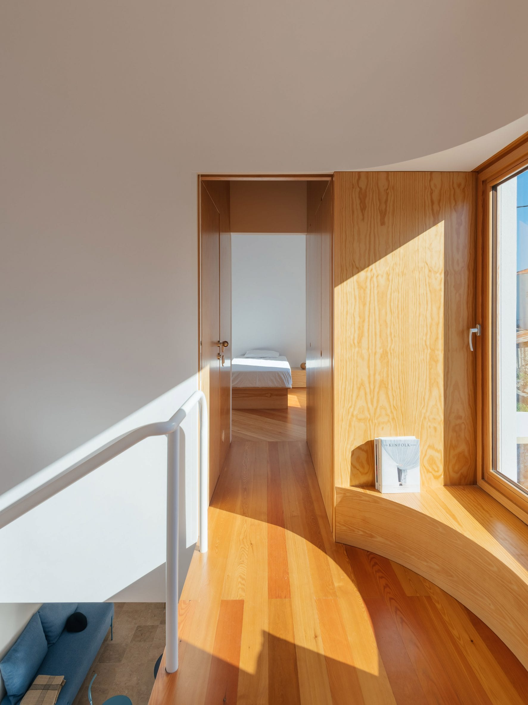 Window seat in Puppeteers House by REDO Architects