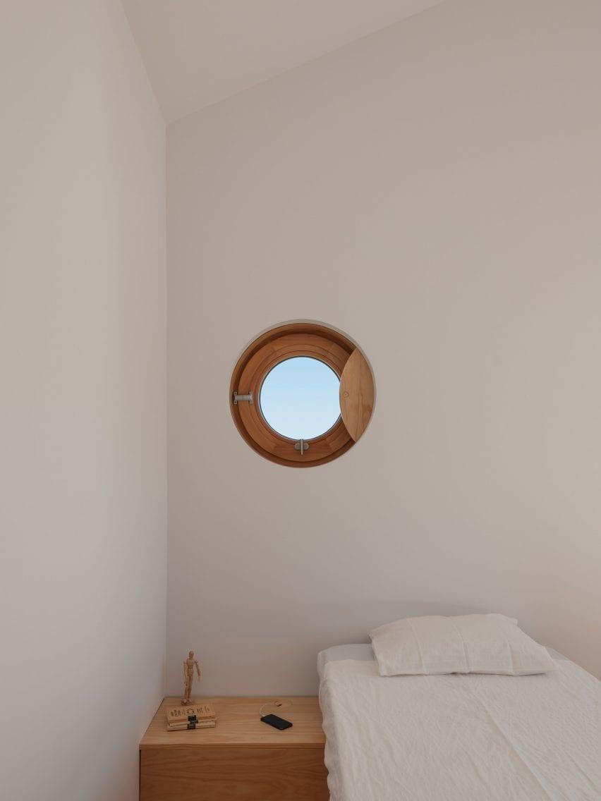 Janela de vigia em Puppeteers House por REDO Architects