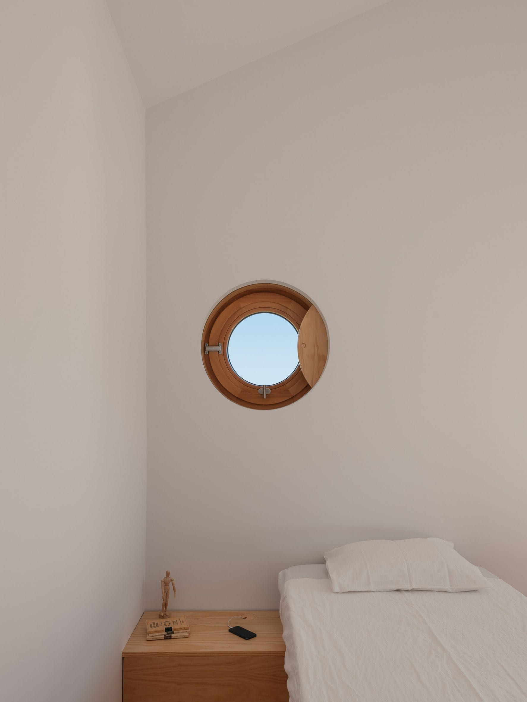 Porthole window in Puppeteers House by REDO Architects