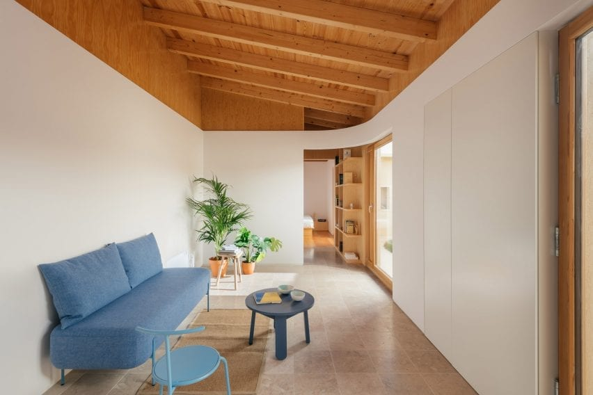 Parede curva em Puppeteers House por REDO Architects