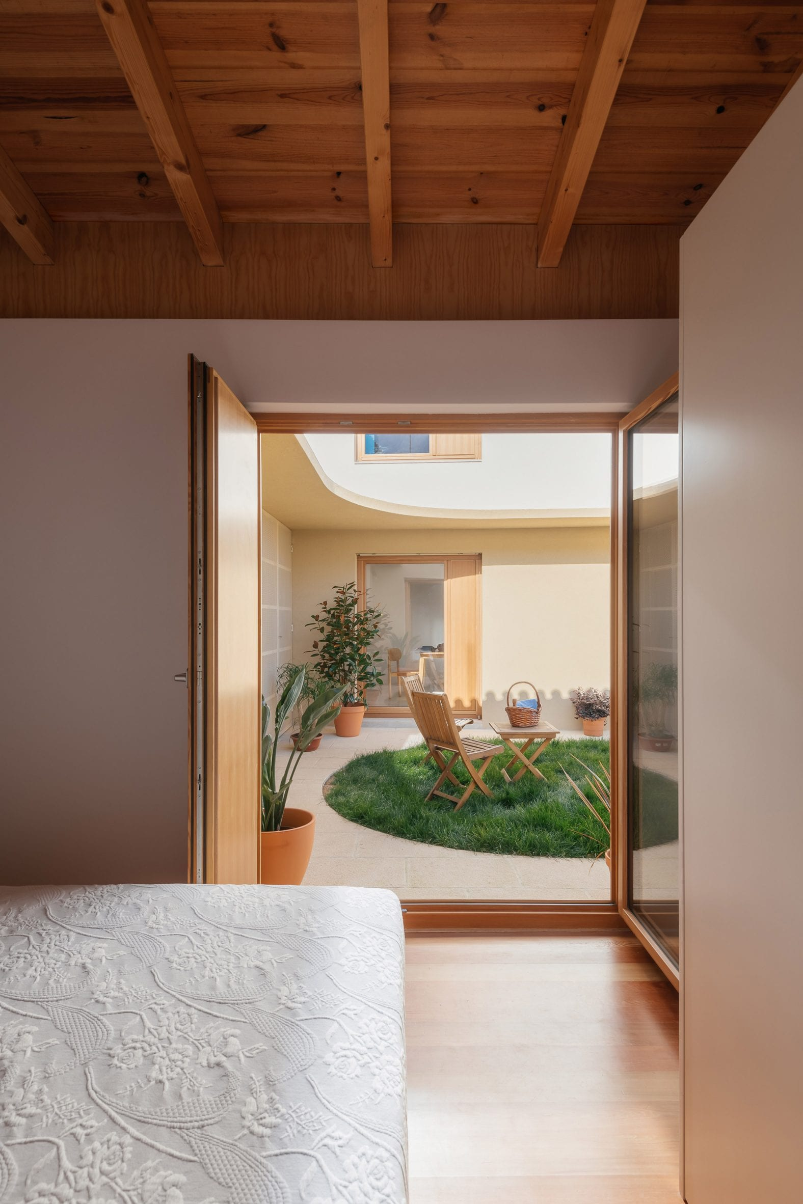 Bedroom in Puppeteers House by REDO Architects