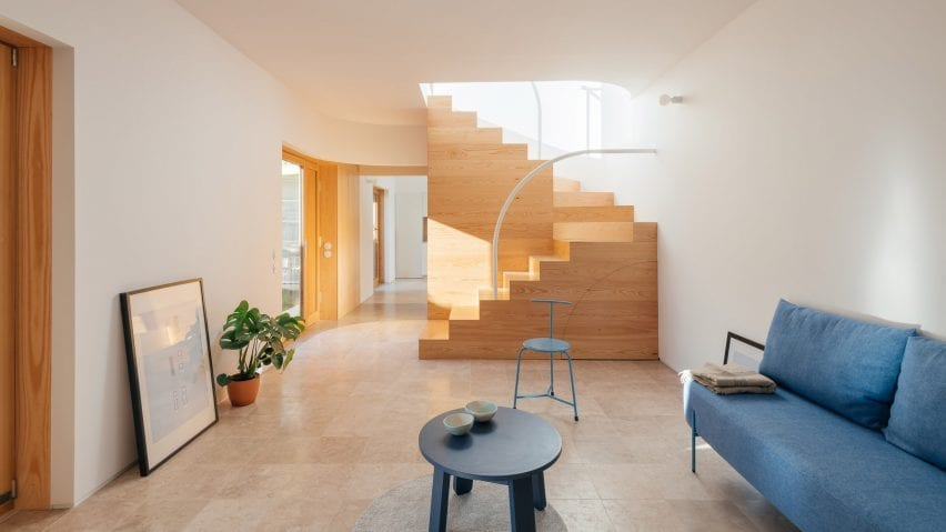 Living room in Puppeteers House by REDO Architects