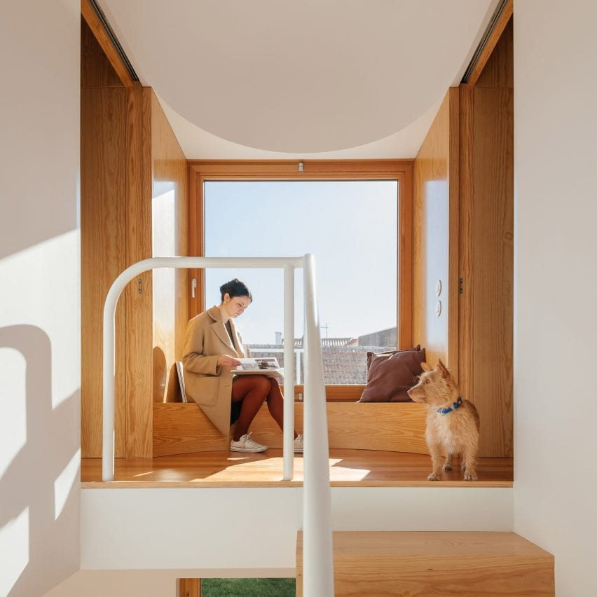 First floor window seat in Puppeteers House by REDO Architects