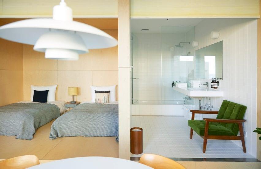 Kamar mandi di hotel di D&Department memiliki interior putih