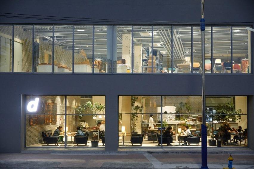 Toko D&Department memiliki jendela dari lantai ke langit-langit
