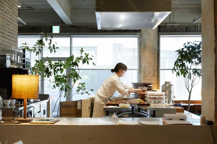 Ruang makan memiliki dapur terbuka di D&Department store