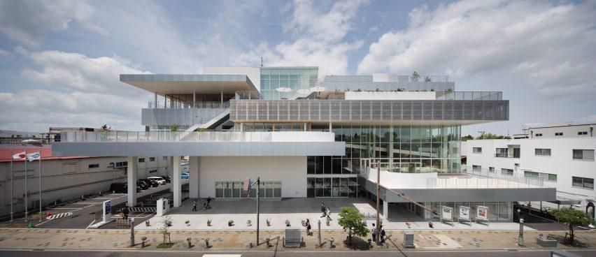 Eksterior Pusat Komunitas Sukagawa memiliki desain bertumpuk
