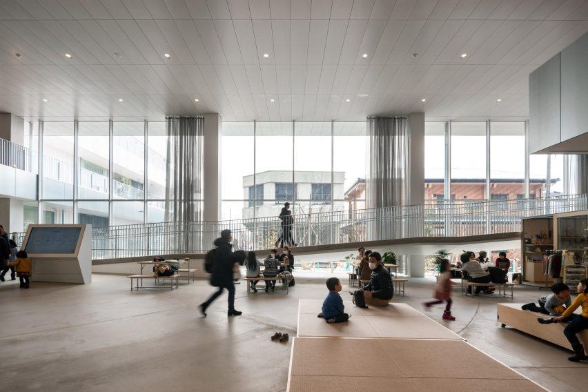 Jendela setinggi langit-langit berjajar di lantai dasar The Sukagawa Community Center
