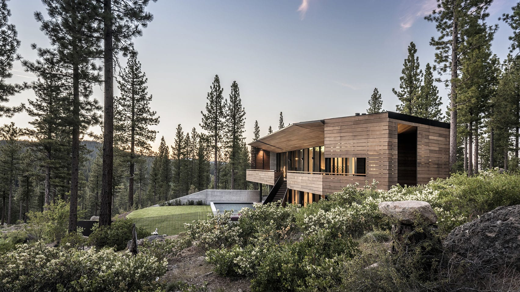Viewfinder House by Faulkner Architects faces Pacific Crest vista