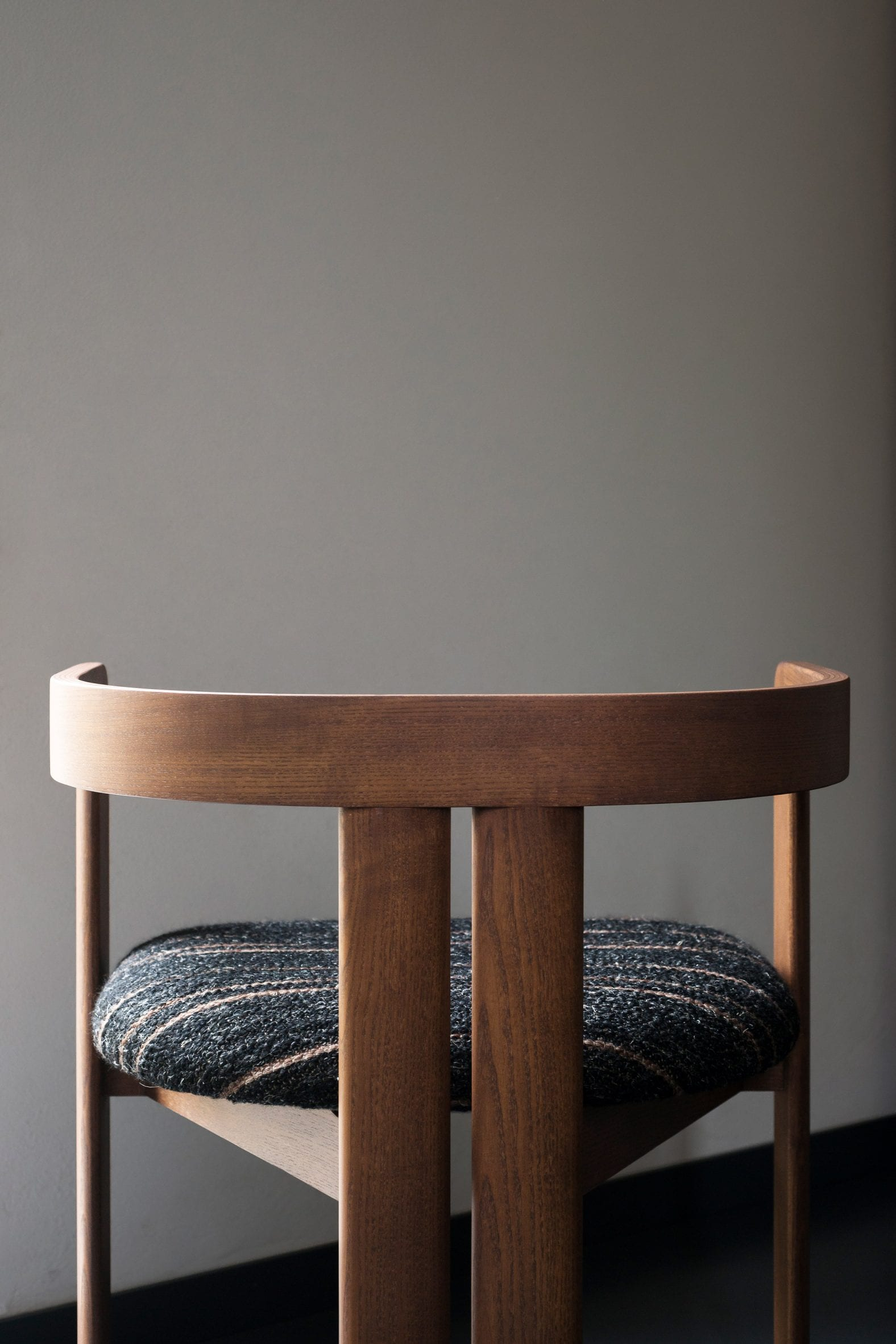 Close up of Pigreco chair's back sister legs and triangular base