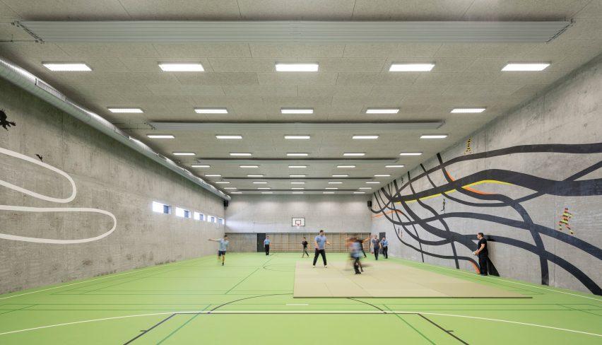 Aula olahraga dengan dinding beton