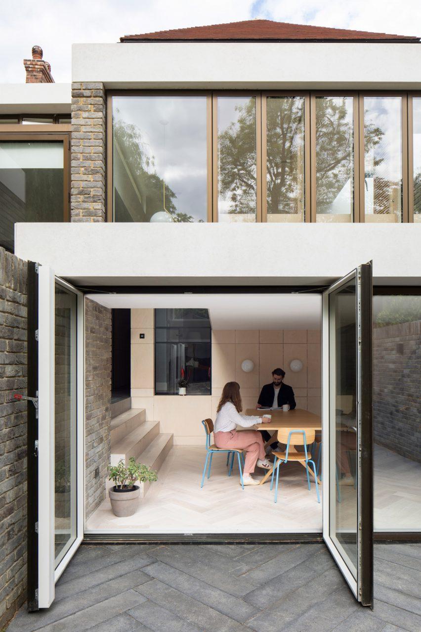 Sunken dining room in Bravura House by Selencky Parsons