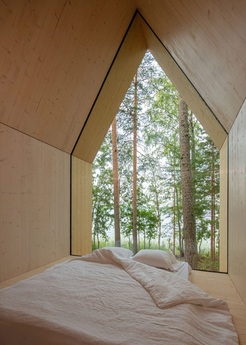 Glass wall in the cabin bedroom by Ortraum Architects