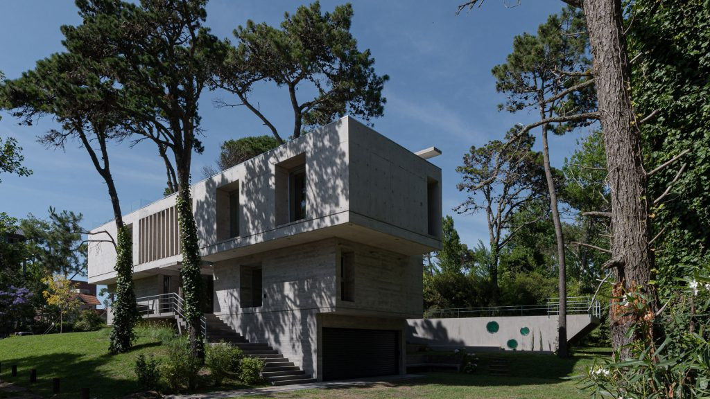 """Estudio Galera builds """"simple and imperfect"""" concrete holiday home in Argentina"""