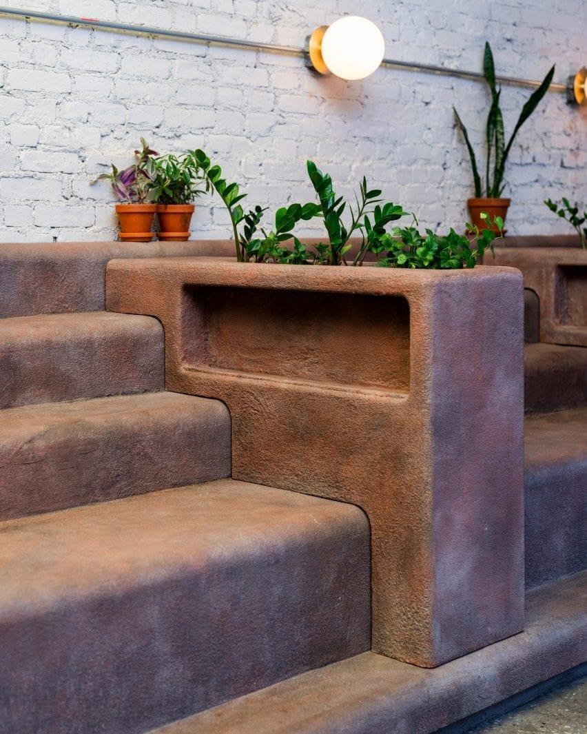 Os plantadores sentam-se entre os assentos curvados em Filha