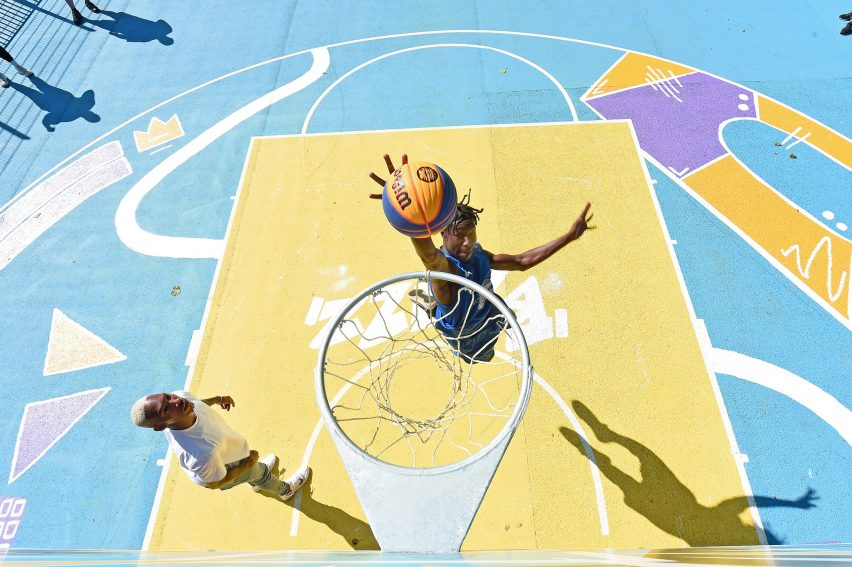 Два игрока играют в баскетбол на красочной площадке
