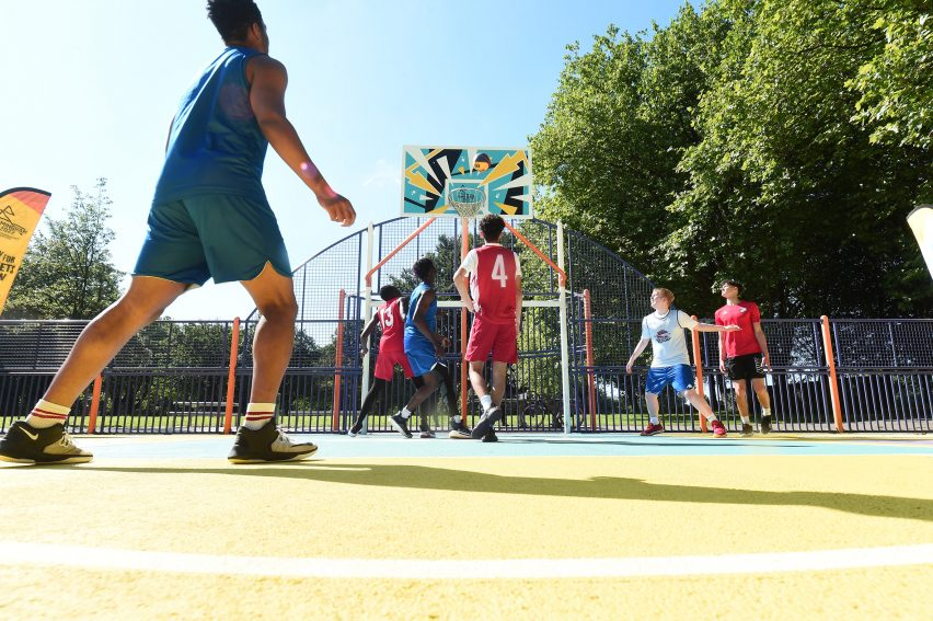 Игроки играют в баскетбол на площадке Summerfield Park