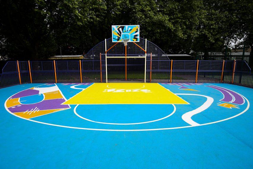 Бетонная баскетбольная площадка выкрашена в синий цвет