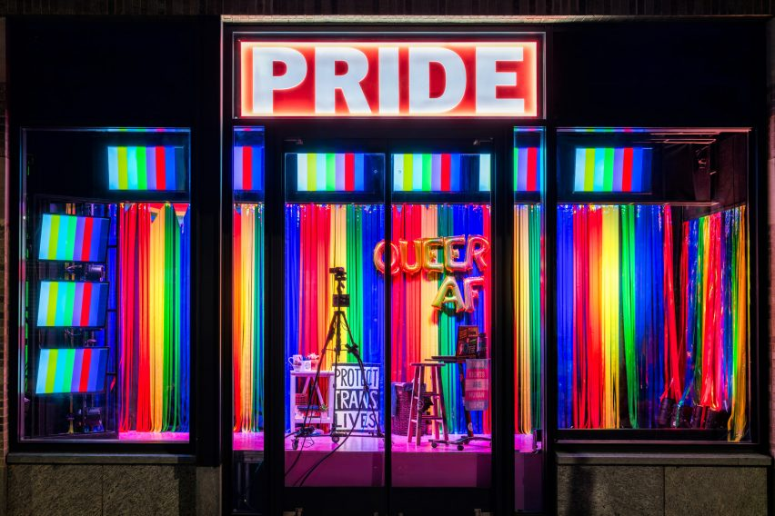 Pride показывает транс-флаги и овсянку Pride