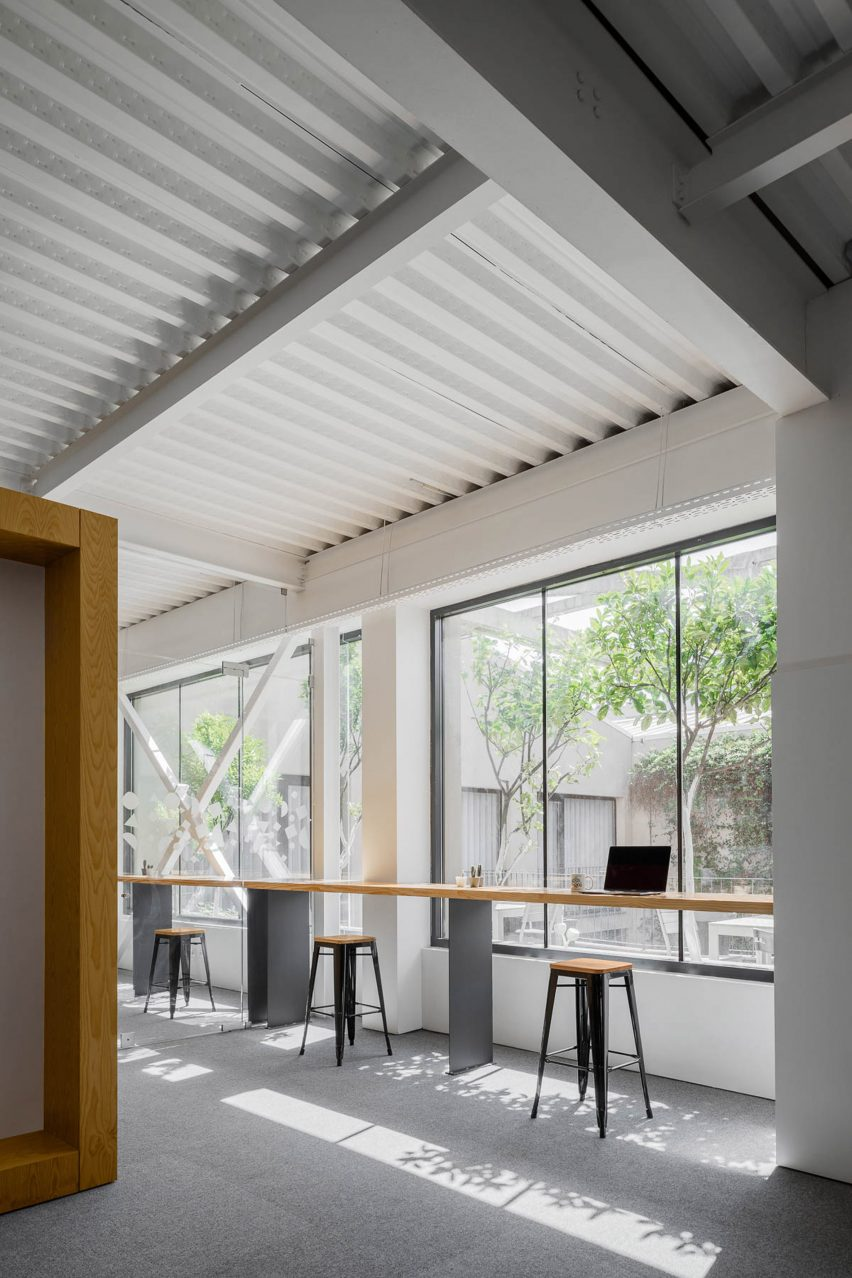 Window desks at E-goi and Clavel's Kitchen office by Paulo Merlini Architects