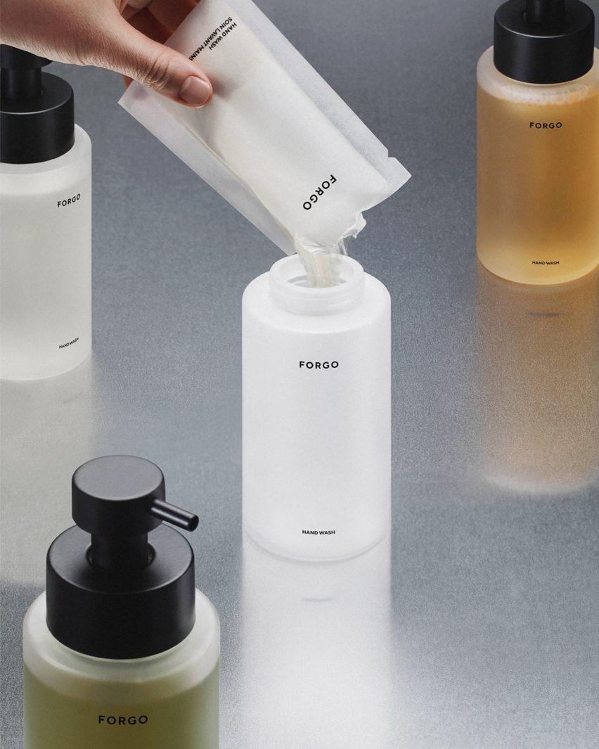Ручное наполнение стеклянной бутылки с мылом концентрированным порошком