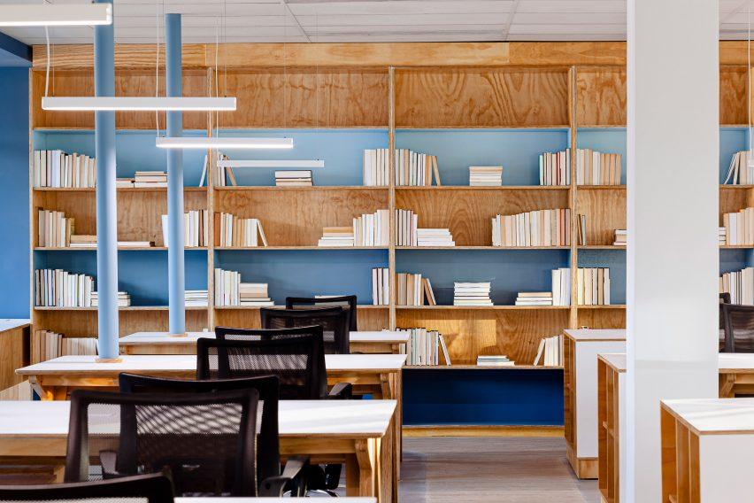 Studio Dlux menambahkan warna biru langit ke dinding lantai tiga