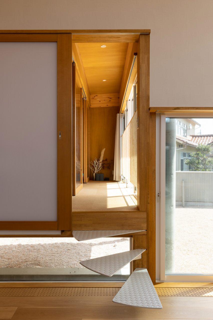Cantilevered steps