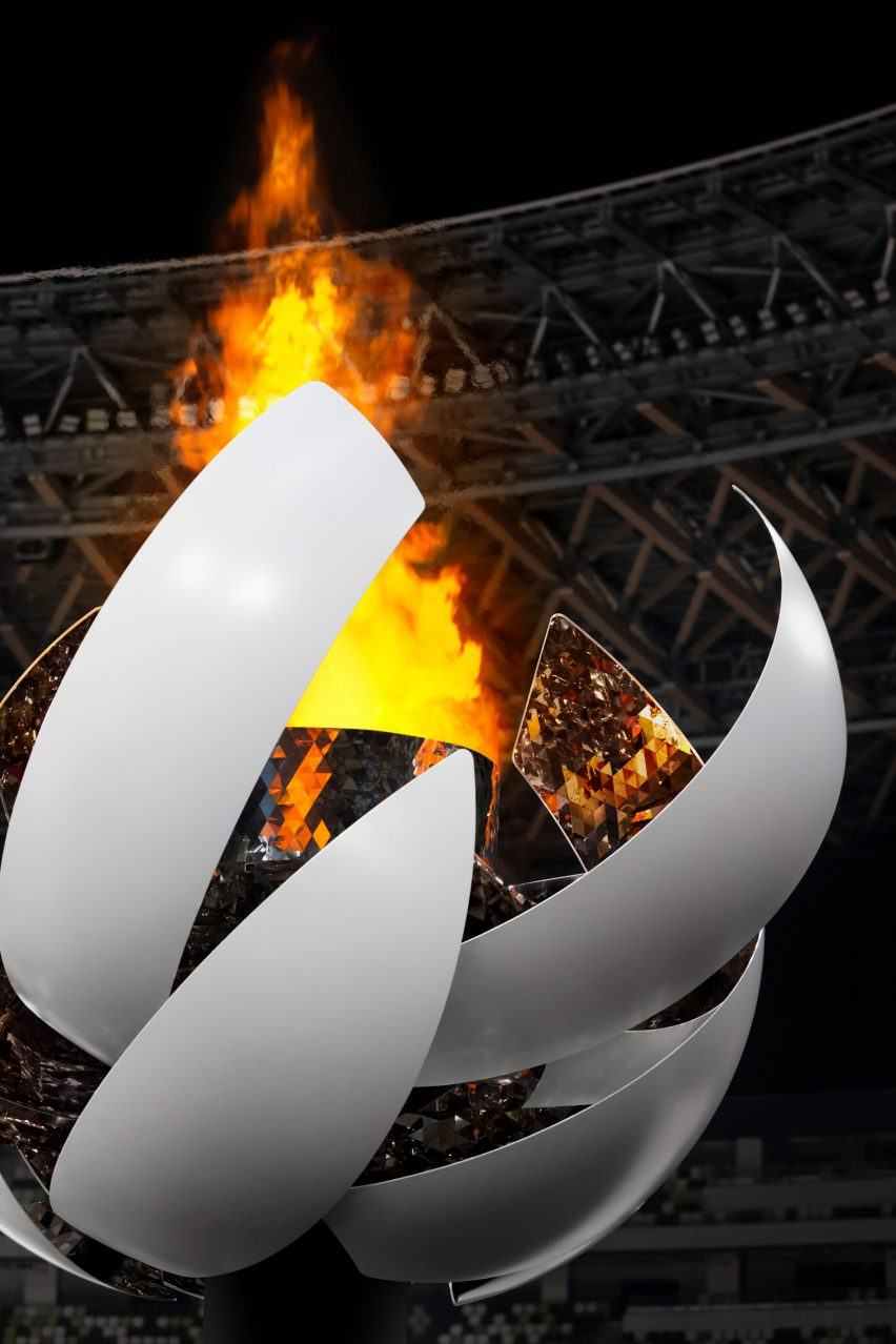 Hydrogen-powered flame