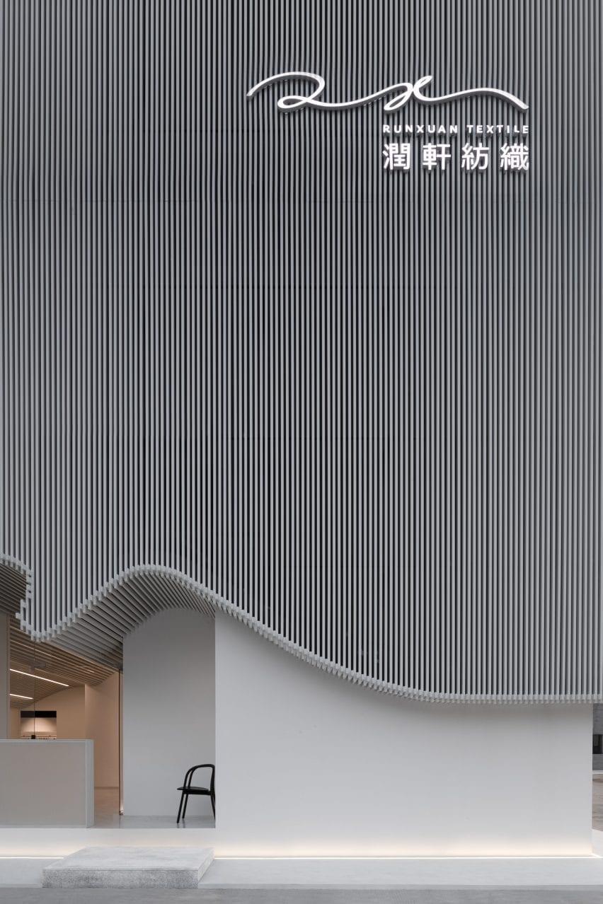 Runxuan textile office used white aluminium battens across its facade