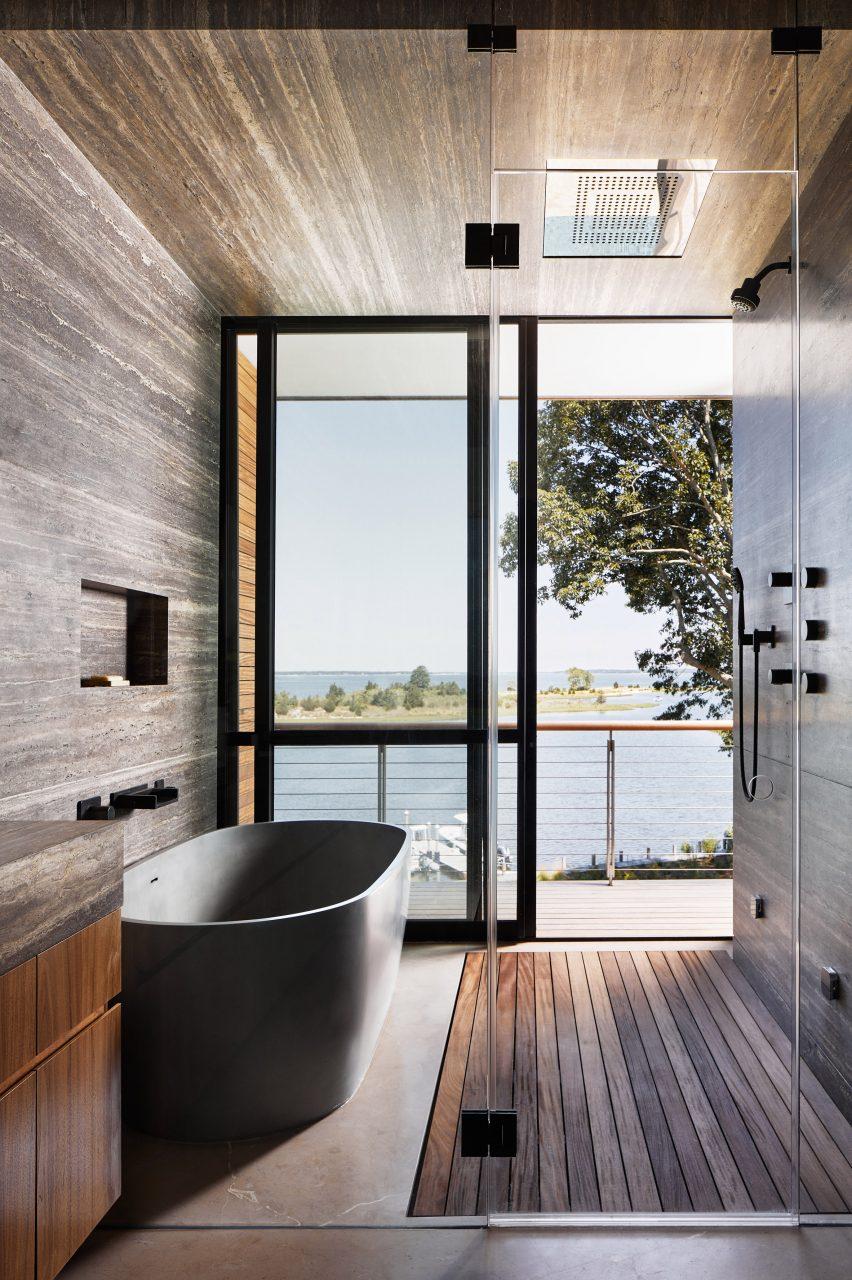 Kamar mandi dengan bathtub dan shower yang membuka ke balkon