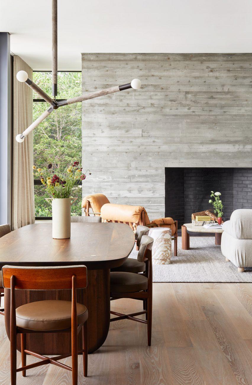 Perapian beton bertanda papan di bagian dalam rumah di Hamptons