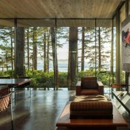 Living room in Canadian House by Olson Kundig