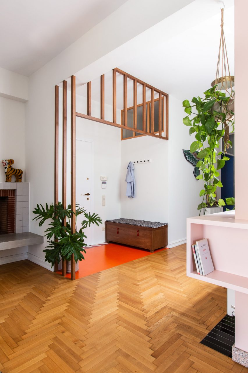 Entrance period with wooden floors and pink vinyl in the Trikoupi apartment